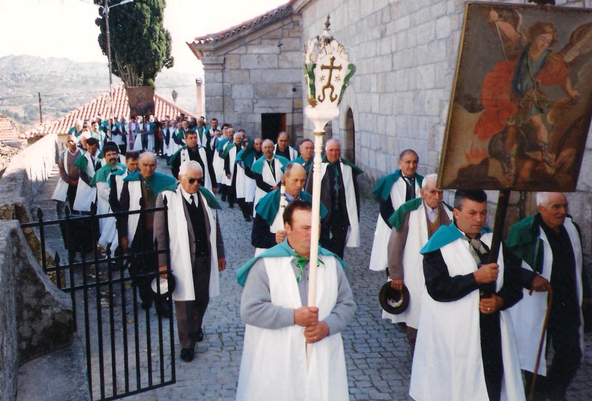 Procissão da Irmandade das Almas em 3 de Novembro de 2001, lembrando também Irmãos já falecidos.