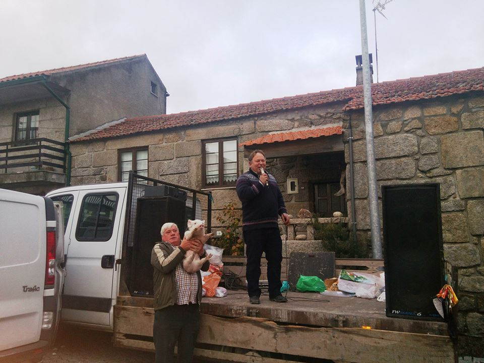 Luís Pires leva um leitão a votação.