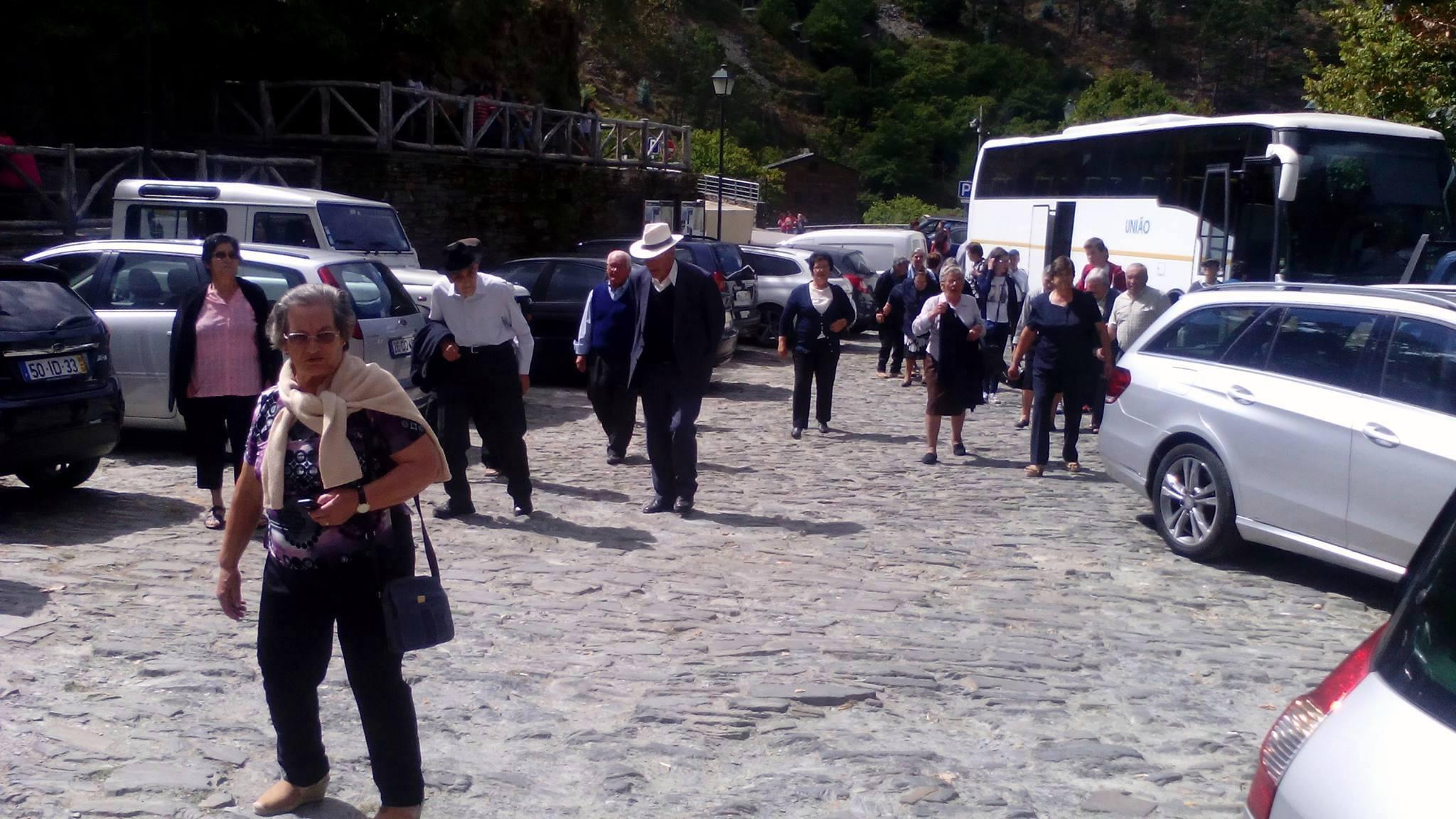 À saída do autocarro, os carapitenses iniciam a visita (foto de Filipe Pinto).
