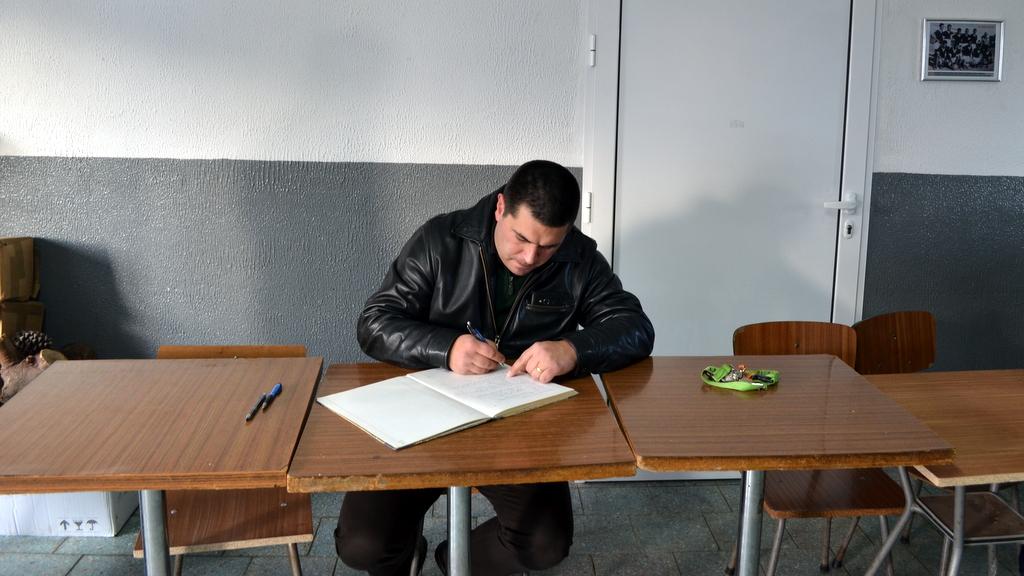 O presidente do Clube no momento em que assinava o termo de posse.