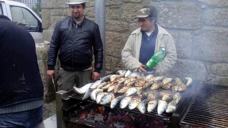 Casimiro Caetano e José Tenreiro foram os Assadores de serviço (foto de Filipe Pinto).