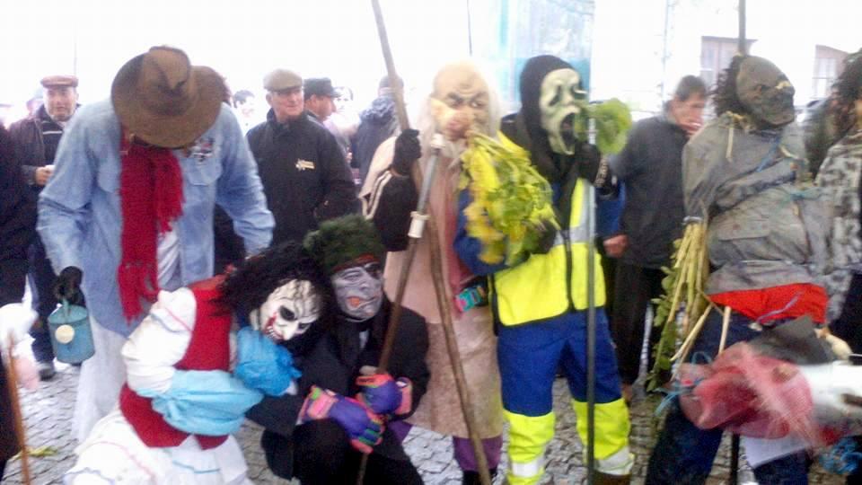 Vários foliões escondem-se por baixo de máscaras, animando a festa (foto de Filipe Pinto).