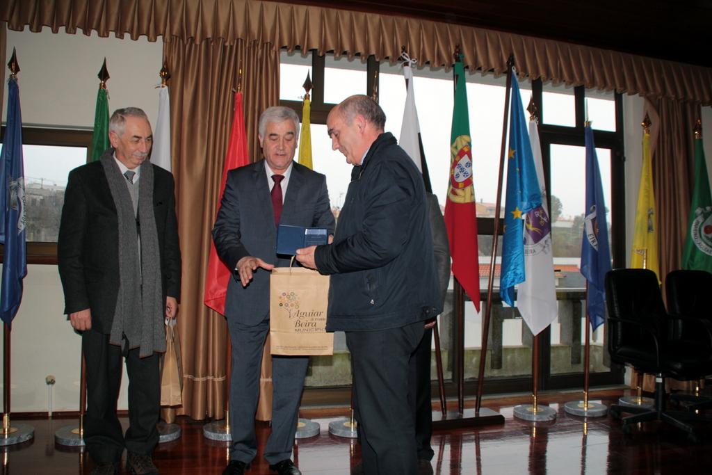 Carapitenses Dr. Caseiro Marques e Prof. Tó-Zé Paixão recebem a distinção (foto de Mais Aguiar da Beira).