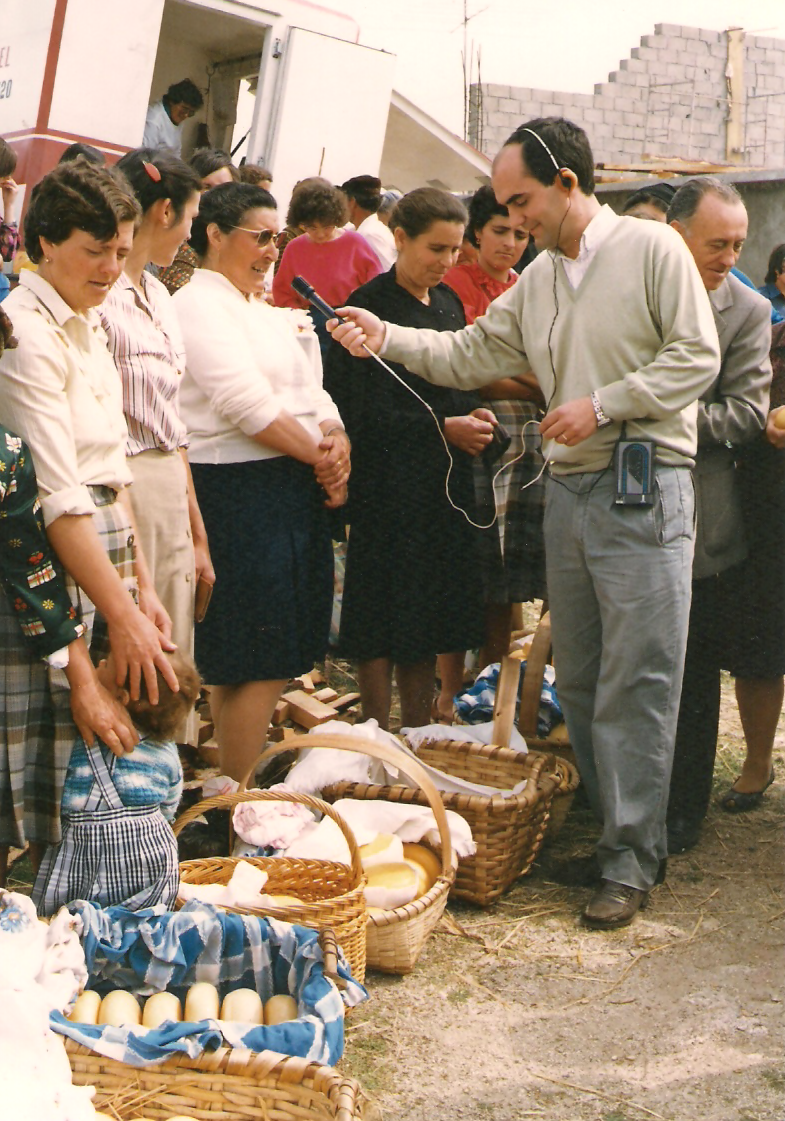 Tó-Zé Paixão entrevista várias queijeiras na feira de São Pedro de Verona (foto Espólio Caruspinus).