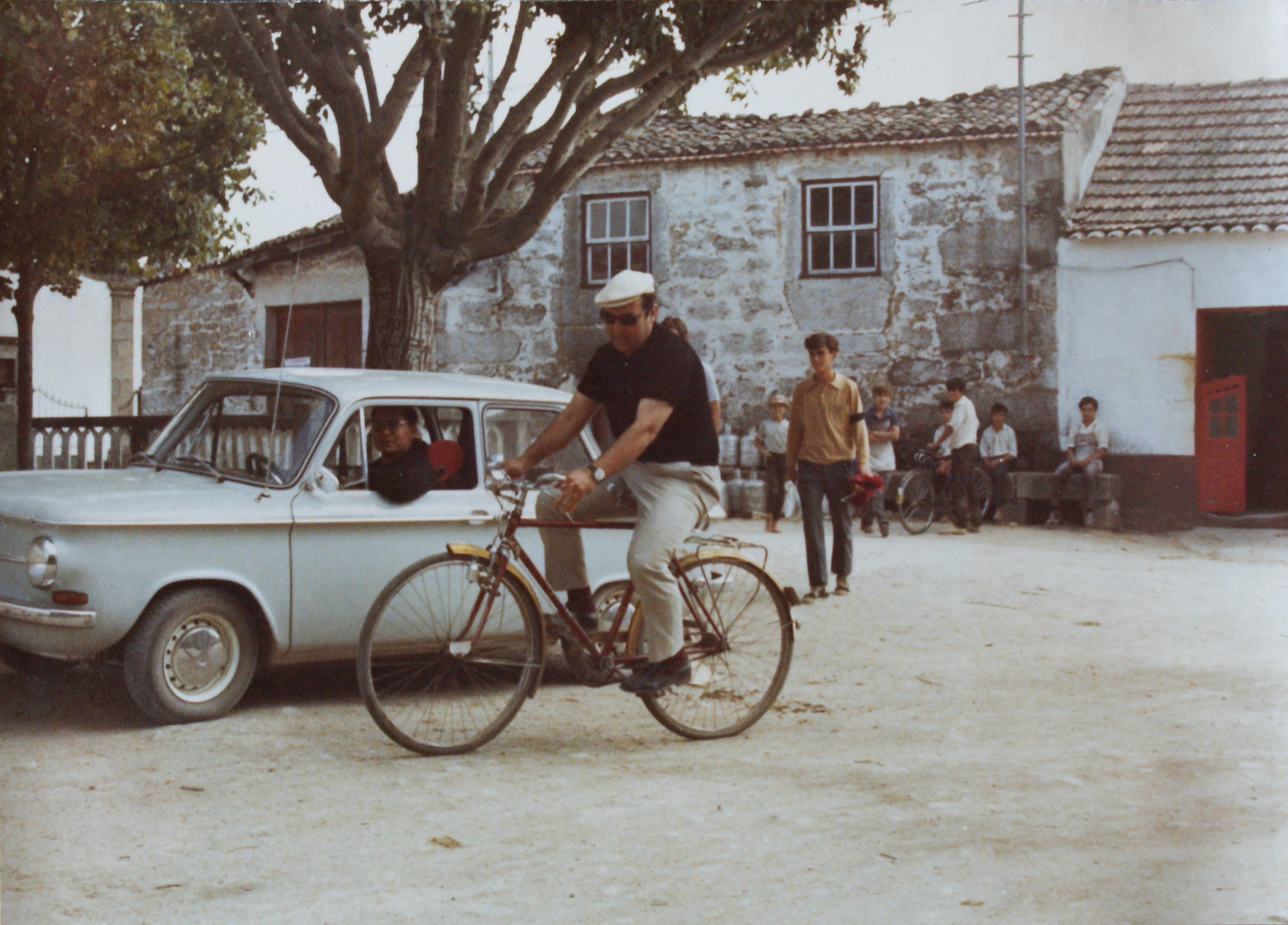 O Padre Silvério no seu carro na Praça de Carapito, nos anos 70.