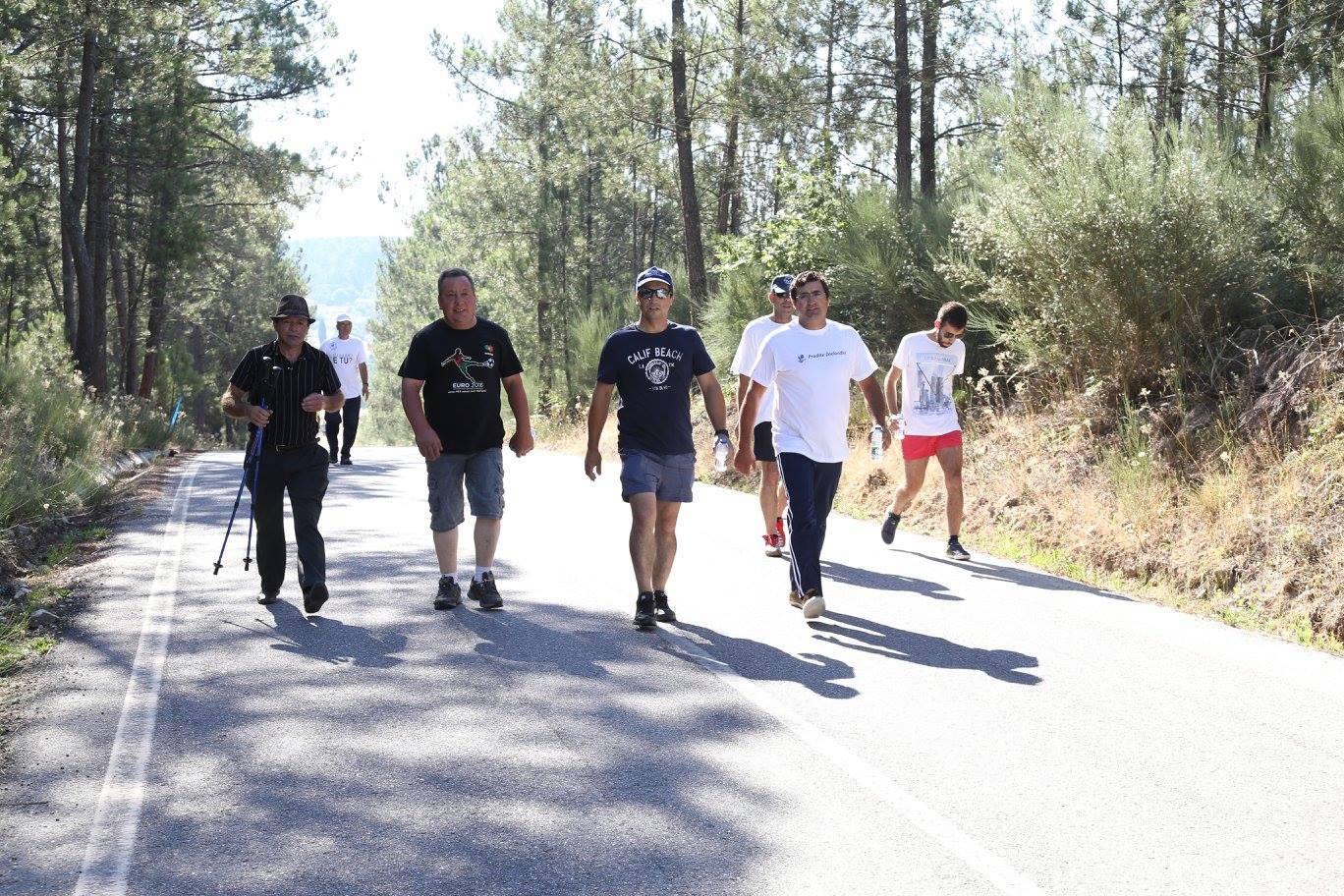 Vários dos Carapitenses que participaram na caminhada (foto de Ana Bernardo).