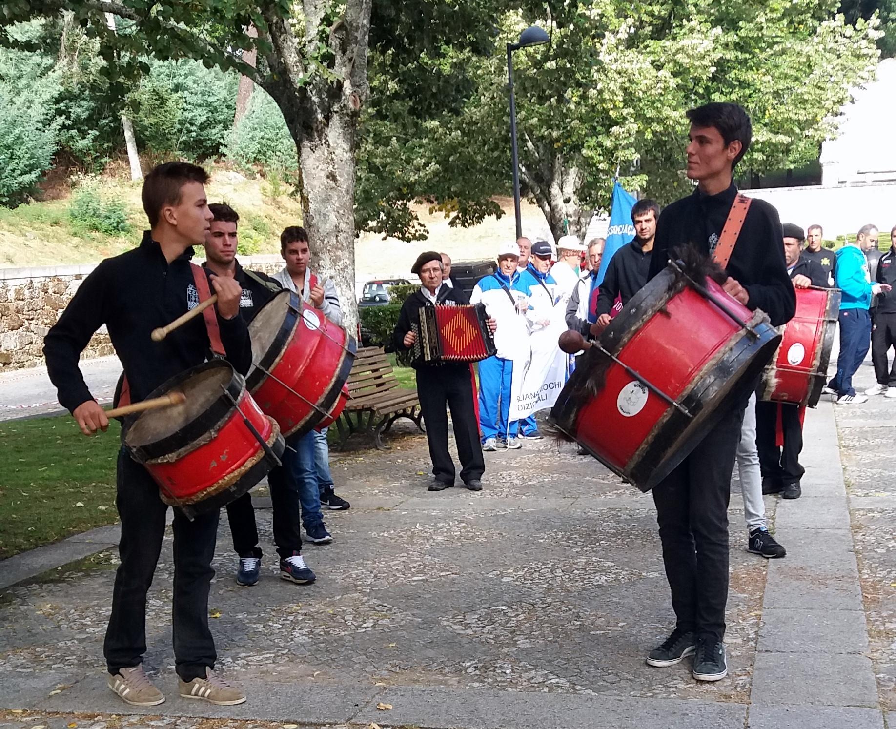 Grupo de Bombos de Carapito abriu o primeiro dia dos jogos.
